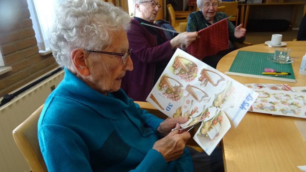 97-jarige Anneke Burg, alias Anneke de kapper (van Kapsalon Burg), knipt secuur en met veel plezier kaarten.  © DPG Media