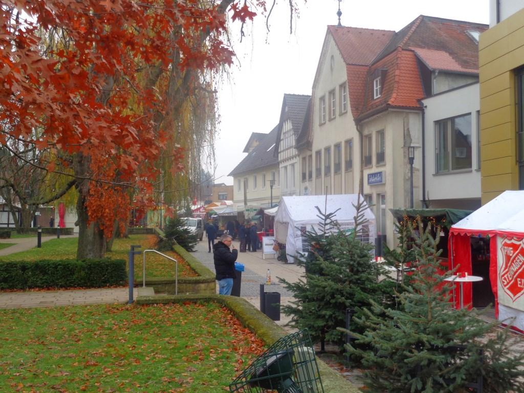 Het plein rond de kerk: zowel historische panden als moderne.  Foto: Roy Visscher © DPG Media