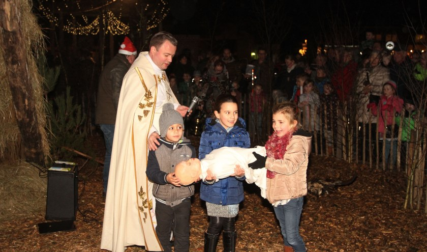 De Herdertjestocht wordt afgesloten met de opening van de Levende Kerststal op de Markt. Foto Theo van Sambeek