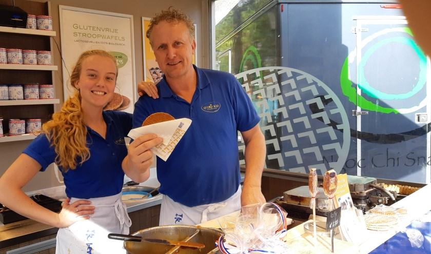 Echt verse stroopwafels kun je op zaterdag krijgen op de Rijswijkse markt bij Amenda en Patrick, van wafelbakkerij Ewena.