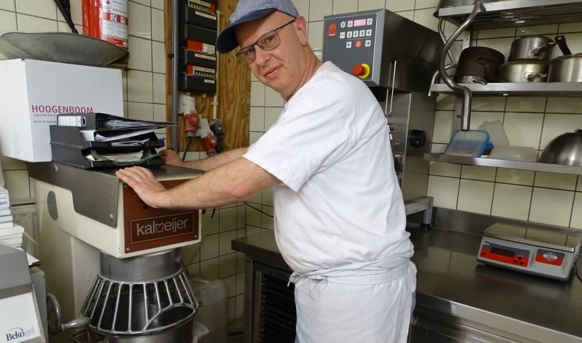 Bakker Stijnman gaat de duizenden oliebollen en appelflappen weer bakken.