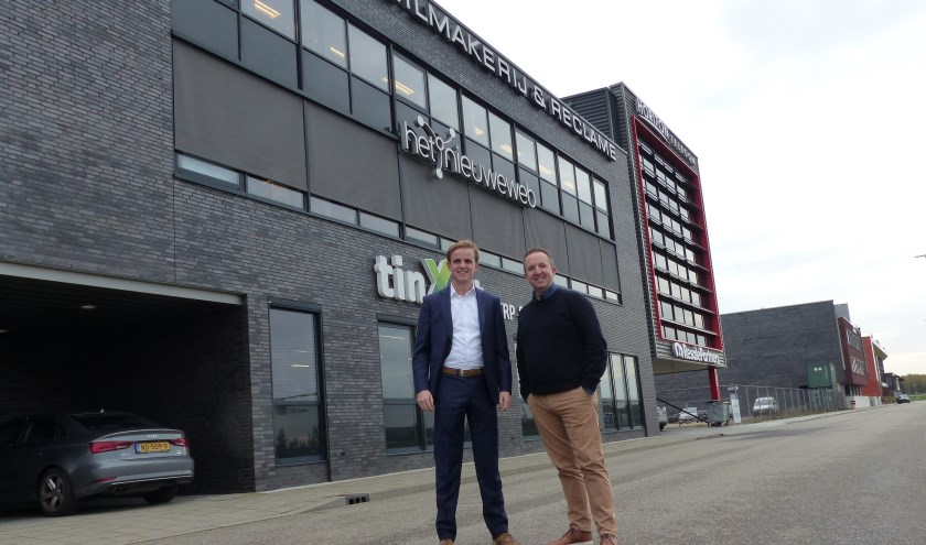 Niels Blotenburg (CMC Bedrijfsmakelaars) en Maikel Rondon (directeur Het Nieuwe Web, huidige huurder) staan voor het pand waar kantoorruimte beschikbaar is op de tweede verdieping. (foto Diana Kervel)