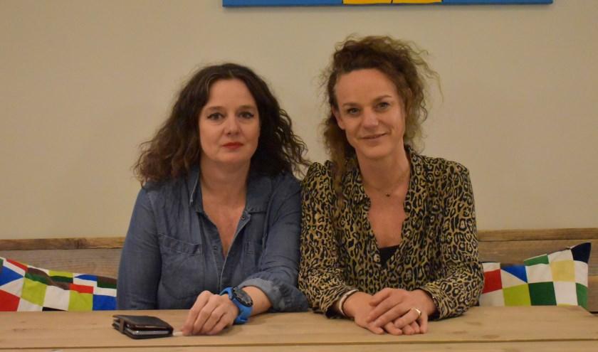 Angelique (links) en Hiltje aan tafel in het Kleine Heldenhuis, waar alle specialisten voor te vroeg geboren kinderen onder één dak te vinden zijn.