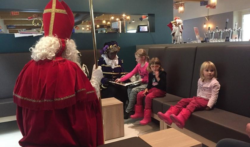 Sinterklaas luisterde aandachtig naar wat Oma Piet voorleest