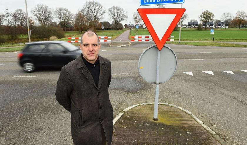 Lars van Mulligen bij de weg die volgens plan afgesloten gaat worden voor auto's. (foto: Roel Kleinpenning)