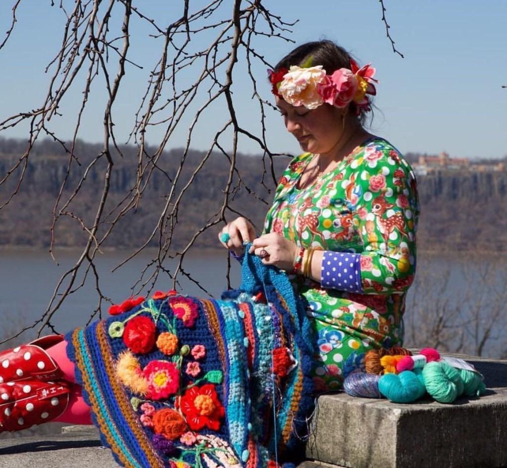 Ellen Decker bezig met haar creaties. (Foto: pr)  © DPG Media