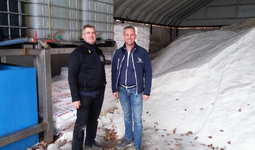 Ariën van de Scheur en Nijs den Bogert in de gemeentewerf in Hedel. Hier zijn twee soorten zout opgeslagen. Droog zout en nat zout.