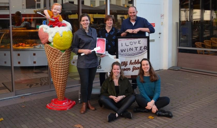 Links nieuwe eigenaresse Coco Strijbosch met oud-eigenaren Ando en Sandra Gollenbeek en hun kinderen Nienke en Marleen. (foto: Désireé Kroets)
