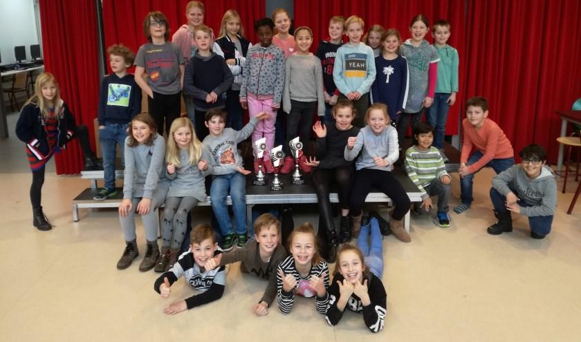 De trotse spelers van OBS De Prinsenakker met hun bekers.