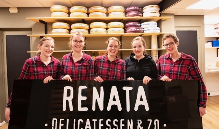 Renata (rechts) met haar hele team. Ze verheugen zich erop donderdag in de nieuwe winkel te starten. Foto: Bert Kamp.
