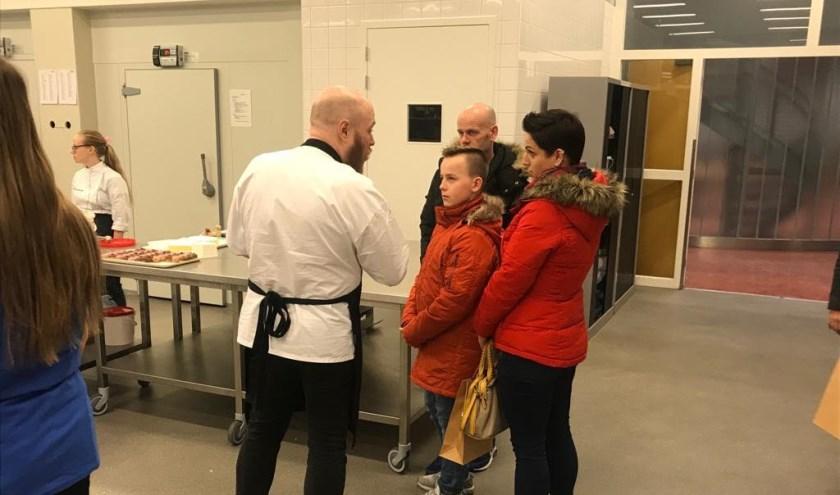 Leerlingen luisteren aandachtig tijdens workshop van beroepscollege Horeca, bakkerij & recreatie