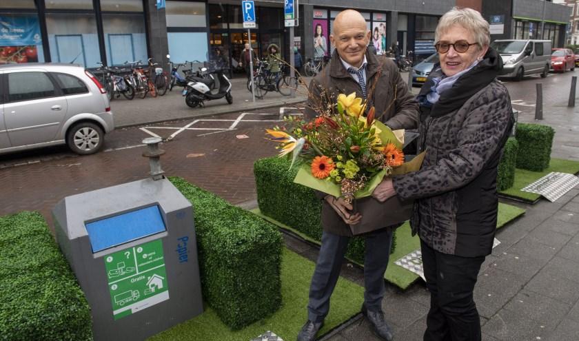 In de stad staan ook 'fleurige vuilcontainers', met kunstgras en kleurige bloemen er omheen. Foto gemaakt bij het Eudokiaplein. Naast wethouder mevrouw Kamm, containeradoptant. (Foto: Jan van der Ploeg)