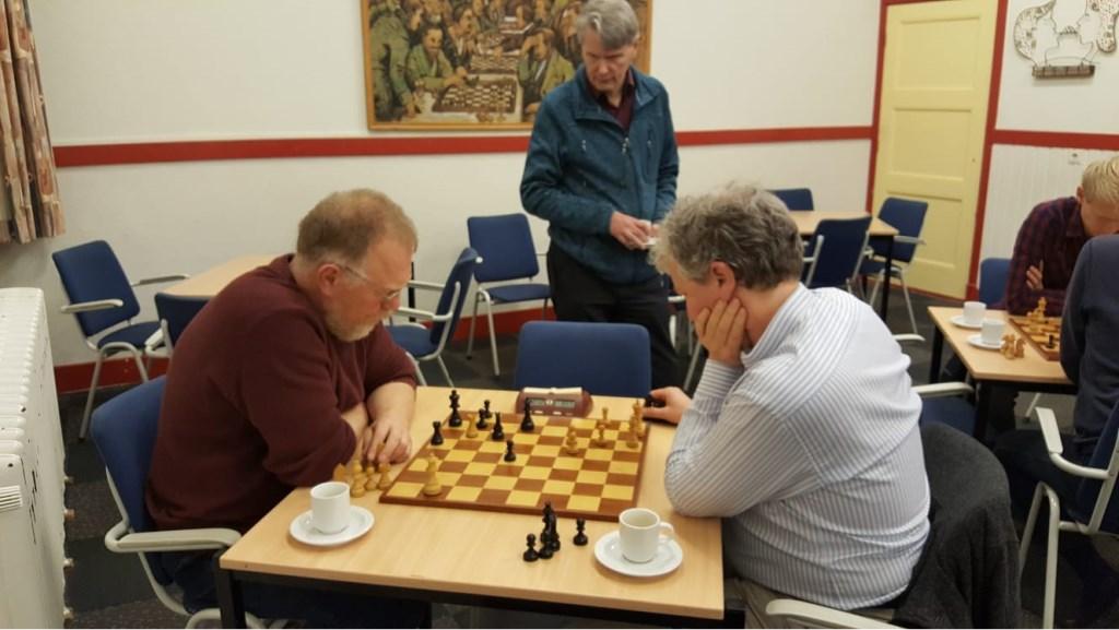 Het titanen gevecht tussen Teunis Bunt (links) en Martin Markering. Chris van Oosterwijk kijkt toe. (foto: Rinus van der Molen)  © DPG Media