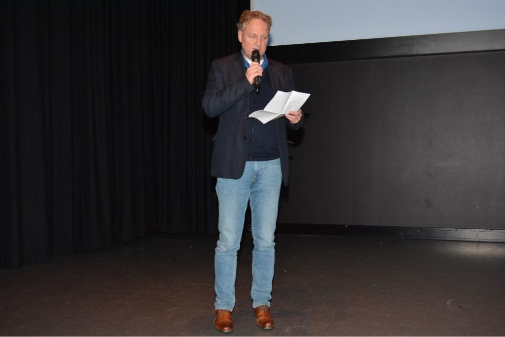 Jacco van de Weerd leest de uitslag voor.  © DPG Media