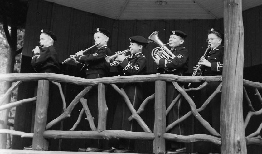 De eerste jeugdleden van Wilhelmina. Van links naar rechts: Gerard Kastenberg, Marinus Poortman, Jan Kappert, Gerard Scherphof en Freddie Nijland. Foto: Muziekvereniging Wilhelmina.
