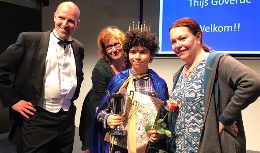 De winnaar Mustafa Buyuksalvarci samen met schrijvers