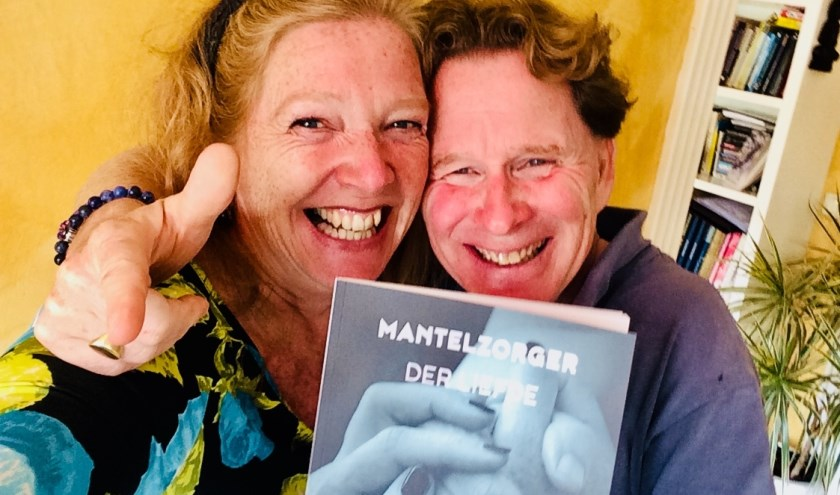 Links Ingrid Keestra, haar boek 'Mantelzorger der liefde' en rechts Ignar Rip.