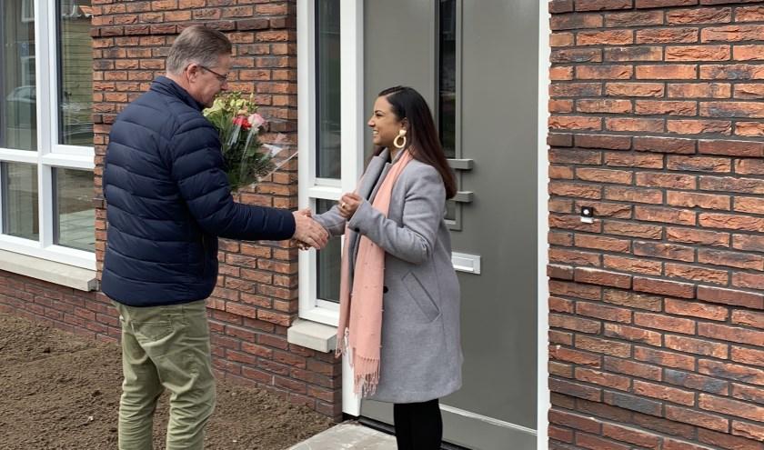 Bert Timmen van De Woonplaats reikt de sleutel uit aan mevrouw Ardjoen van de Wooldriksweg.
