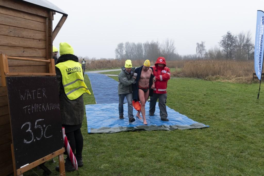 De nummer 2 van de 1000 meter wordt ondersteund door EHBO-ers naar binnen begeleid. Foto: Karin Reine © DPG Media