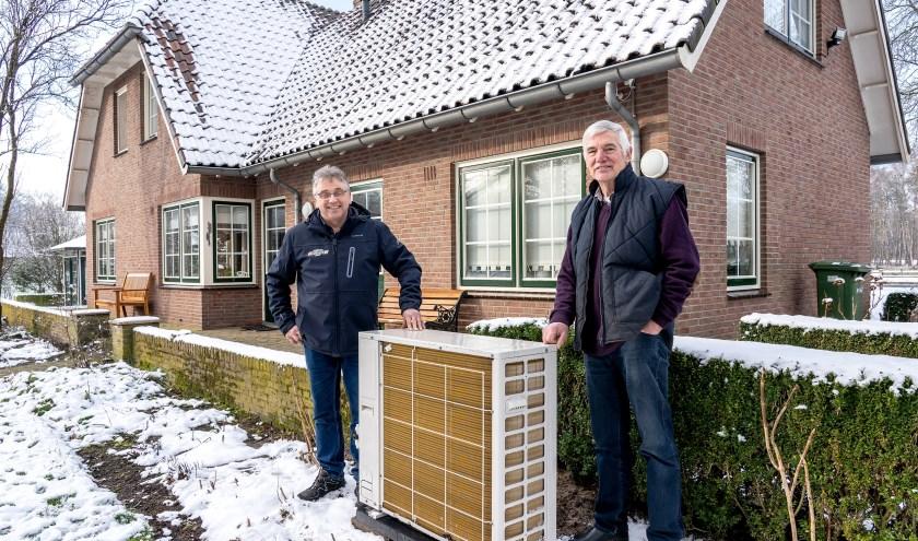 Marcel Bijen van installatiebedrijf F.H. Loohuis uit Saasveld (links) en Henk Hiddink uit Enschede die bewust voor een hybride luchtwarmtepomp van Loohuis heeft gekozen. Foto: Paulien Wilkinson