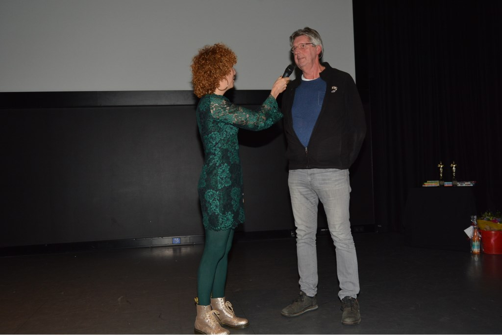 Sanne Heymann interviewt Leo Tijdfeman die een film over Oud Veenendaal inzond.  © DPG Media