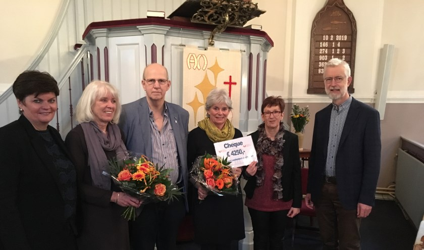 Mevrouw Zoeroverhandigde de cheque aan Majolijn Mutters, directeur van het Hospice Gorinchem. Eigen foto