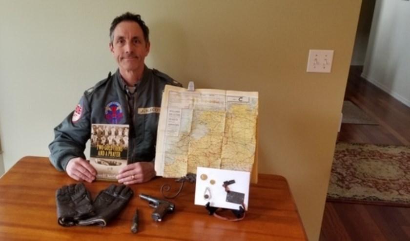Jim Keeffe met voorwerpen die herinneren aan het avontuur van zijn vader. (foto: familie Keeffe)
