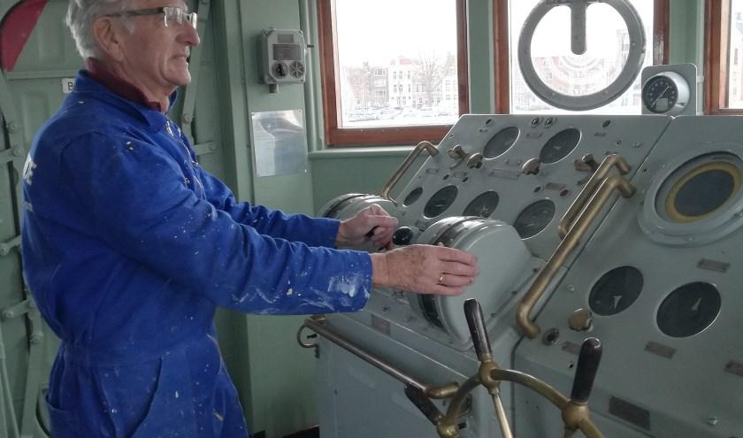 André den Exter werkt als vrijwilliger mee aan de restauratie van het torpedowerkschip Hr. Ms. Mercuur. FOTO: Conny den Heijer
