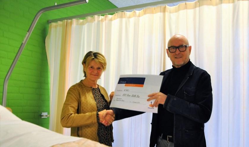 Thea Keune-Mocking overhandigt een cheque aan Roland de Jong. (Foto: Henk Bolt)