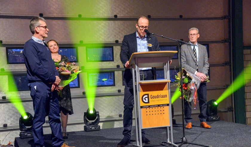 Tijdens zijn toespraak huldigde Johan Goudriaan Hans van Ingen (links) voor zijn 40-jarig dienstverband bij Goudriaan Staal. Achter hen kijken Linda en Gert Goudriaan toe. (Foto: Paul van den Dungen)