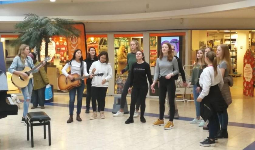 Concert in het Alblasserdamse winkelcentrum. (foto: Willem de Zwijger College)