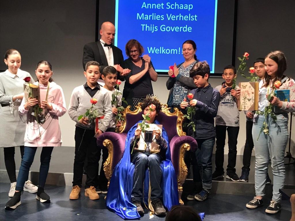 Winnende kinderen samen met de schrijfersjury Foto: Winnaars Leeskoning 2018  © DPG Media