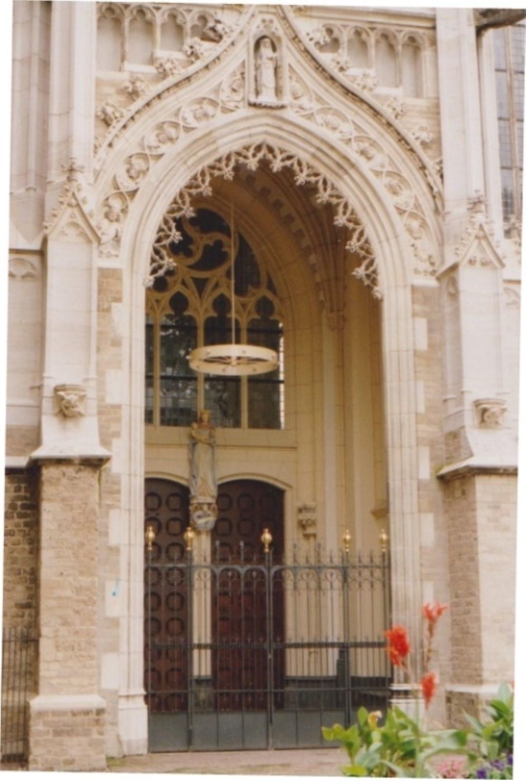 Mariaportaal na restauratie 1991.  Vooraan boven beeld St. Walburga.  Foto:  © DPG Media