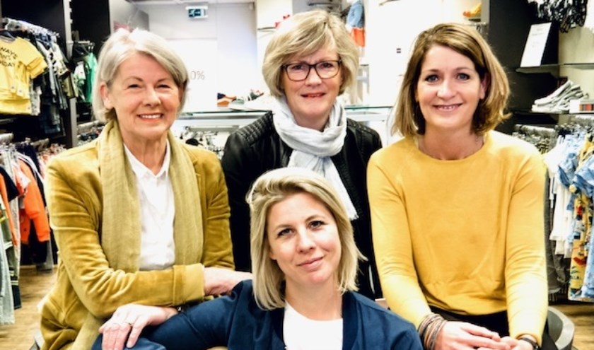 Voor Marliek Nijmeijer, achter van links naar rechts: Trees Nijmeijer, Ludwien Geerdink en Roswita Manrho. Eigen foto.