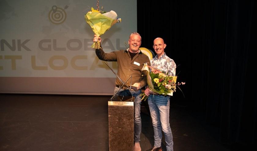 Kees Smolders (l.) en Arjan Rijkers met de huldigingsbloemen.