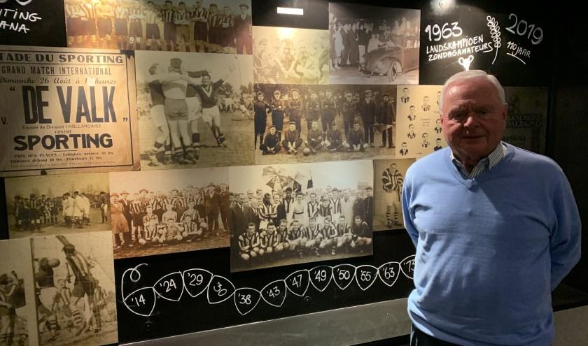 Willy Jobse in de geheel opgeknapte kantine van De Valk, waarin een prominente plek is ingericht voor de rijke historie van de club.
