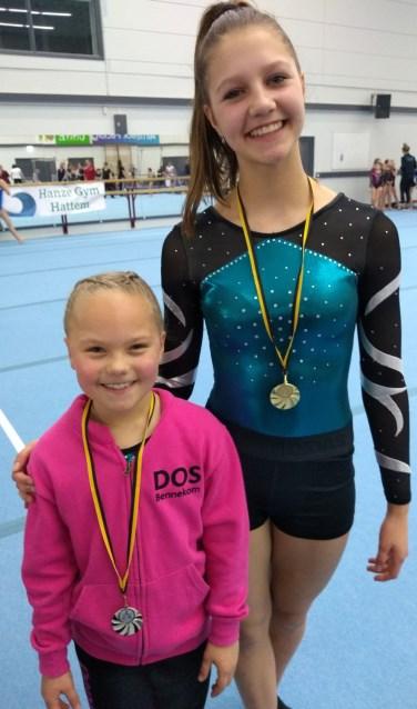 Nienke Koudijs en Danique Bos trots met hun respectievelijk gouden en zilveren medaille