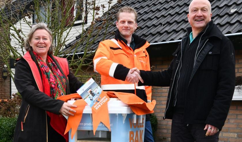 Angelien Hoppen van Natuur en Milieu, Bas Assink van Twente Milieu en Eef Veenman (vlnr) bij de eerste deelcontainer.