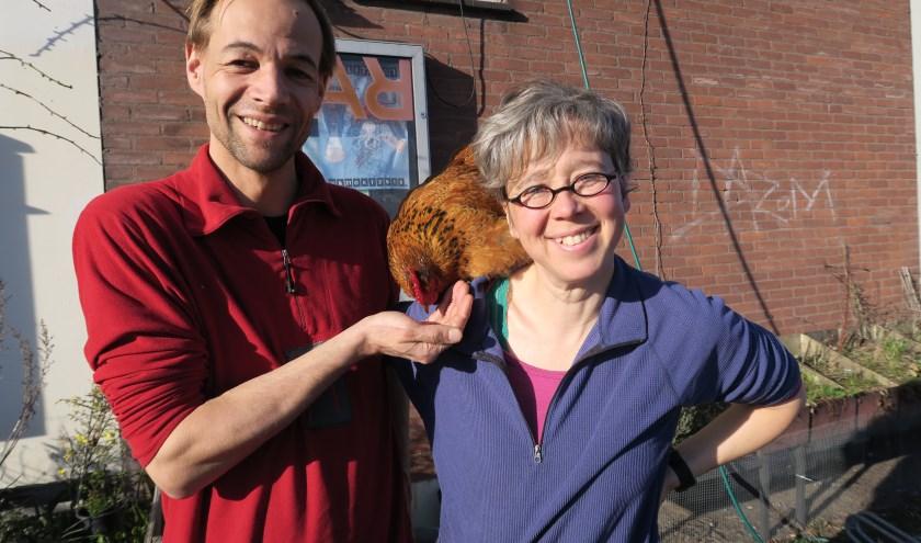 Diana Wildschut en Harmen Zijp genieten samen met mevrouw de kip in de buitenruimte van het Warterrein.