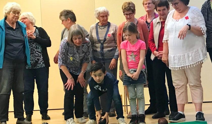 De jeugdige Milo en Noa maakten tussen de senioren op woensdagmiddag alvast kennis met het koersbalspel. (Foto: Janneke Severs-Hilgeman)