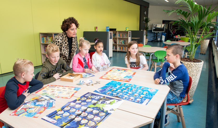 De Gildeschool doet mee aan De Week van het Geld. Naast Albertien Kolkman zijn (v.l.n.r.) Joost, Stijn, Feline, Kayla, Sennah en Stijn te zien.