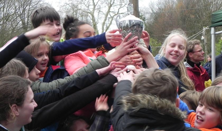 De Wageningse Montessorischool werd bij de Belmonte Scholierenloop voor de zesde keer op rij de snelse school en won dus opnieuw de felbegeerde wisselbeker. (foto B. Hermansz)