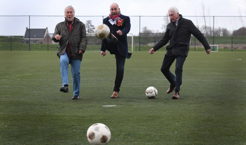 Van links naar rechts Louis de Koning (voorzitter v.v. B.Z.S. Beusichem), wethouder Daan Russchen en Dick van Ommeren (interim voorzitter BVV en voorzitter FC Lienden).