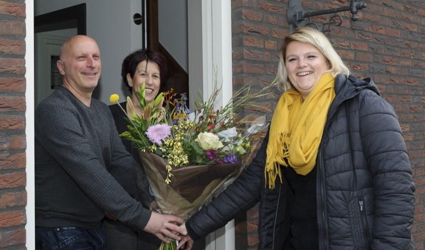 De familie Verheijen neemt de bloemen in ontvangst van Kimberley van Steenbergen (rechts)van provider SNLR. (foto: Ben Nienhuis)