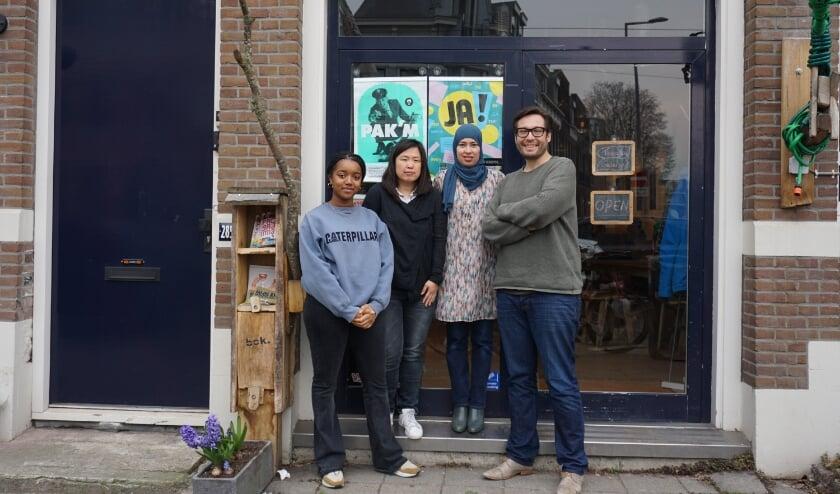 <p>Femi van Elshuis, Erika Blikman, Hanina Ajarai en Maarten Bakker voor het pand van Studio de Bakkerij aan de Bergweg.<br><br></p>