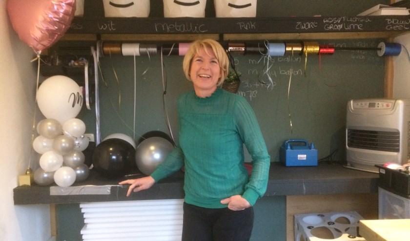 Martina staat hier in haar werkplek in de tuin, waar zij vaak bezig is aan de kleinere opdrachten van haar bedrijf Balloonsss. (Foto: Sanne Westerterp)