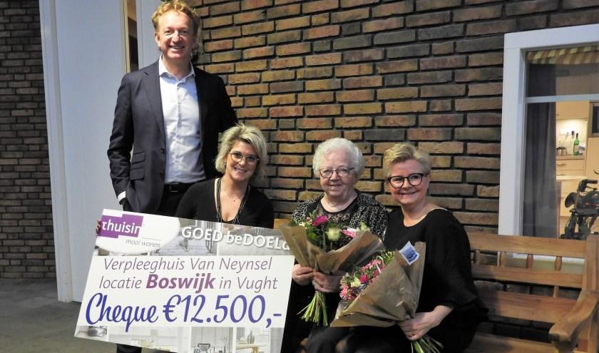 Het chequemoment, met vlnr. Mark Brouwer van ThuisIn, stylist Yvonne van de Loo mevrouw Van Dulmen en Karin Bouwdewijns.