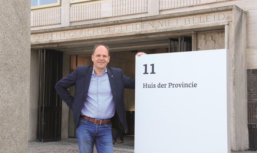 Arthur Boone uit Westervoort is gekozen als Gelders Statenlid voor de VVD. Hier poseert hij voor het provinciehuis in Arnhem.