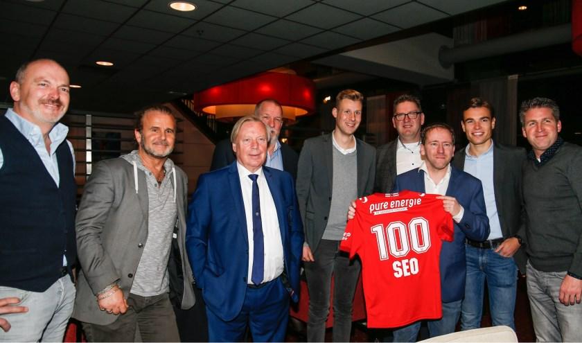 De scheidsrechters werden bij FC Twente onder meer ontvangen door Kick van der Vall (tweede van links).