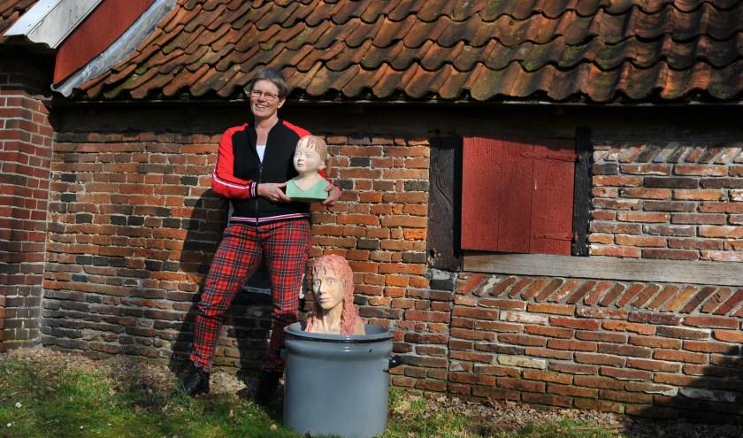 Jacomijn Steen met een paar kunstwerken voor het oude boerderijtje in de Brinkheurne.